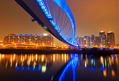 - Sunshine Bridge - Taipei (urbaguilera) Tags: bridge light sky color luz sol water sunshine architecture night ro photoshop river puente nikon daniel taiwan scene tokina pro nik taipei    aguilera   brilla cs5 efex d5000 1116mm urbaguilera
