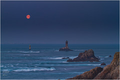 Coucher de lune à la pointe du Raz (Ronan Follic) Tags: mer lighthouse lune canon brittany bretagne breizh 7d sein phare raz rochers finistere littoral pointeduraz iledesein cornouaille enezsun capsizun pointedebretagne follic blueeyesphotography