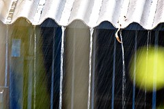 chove chuva... (Kssia Reis) Tags: gua canon chuva telhado telha