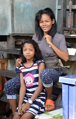 mother and daughter (the foreign photographer - ) Tags: house portraits thailand wooden nikon bangkok daughter steps mother khlong bangkhen thanon d3200