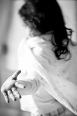 manos (Pirata Larios) Tags: byn blancoynegro familia canon alicia retrato capa movimiento nia mano jugar mayo alegria felicidad juego rizos risa correr reir 2015 60d carloslarios