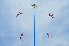 Voladores de Papantla (2/3) (Juan Ig. Llana) Tags: mxico poste danza cielo ritual veracruz tajin tradicin acrobacia papantla voladoresdepapantla
