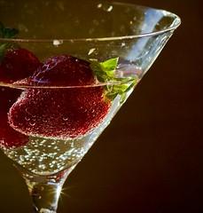 Happy friday!! (Inmacor) Tags: copa fresa inmacor vaso strawberries burbujas luzlateral ltytr1 ltytr2 ltytr3