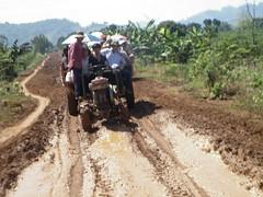 ĐOẠN LẦY PHẢI ĐI BẰNG XE MÁY CÀY (giangphuc1961@yahoo.com.vn) Tags: ea rbin xã lăk huyện đăklak tỉnh