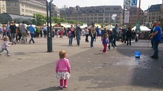 2015-06-27 09 Hamburg Rathausmarkt, wondering child (kaianderkiste) Tags: germany wonder child top hamburg kind oops rathausmarkt wundern weinfest2015