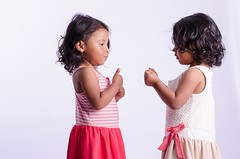 Gemelas - Zurda Fotografa (Gil Benitez Arriojas) Tags: studio quito ecuador estudio infantil natalia nias juego elisa juguete gemelas hijas fotografa ternura zurda