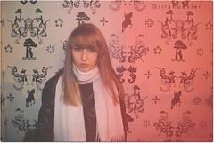 Mi cara serena engaaba a cualquier mirada. (Srita. Koehler) Tags: red cool chica yo blonde feeling