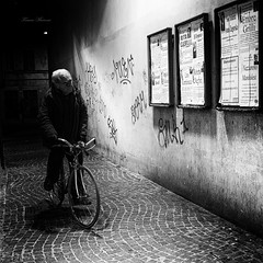 di passaggio (Franco Marconi) Tags: street blackandwhite italy monochrome night europe italia gallery fuji s sanbenedetto fujifilm fujinon marche franco 2012 marconi ascoli sanbenedettodeltronto ascolipiceno piceno f20 cmos x100  fujifilmfinepix exr apsc fujix manifestifunebri  manifestimortuari francomarconi fujifilmx100 finepixx100 fujix100 fujifilmfinepixx100 x100 fujinon23mmf20 fujinon23mm fujinonf20