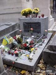 La tumba de Jim Morrison (Jim Morrison's grave) - Paris (Polycarpio) Tags: paris france grave europa europe cementerio jim tumba panteon kata morrison poly francia pere lachaise ton gallardo tombe jimmorrison pèrelachaise cimetière jamesdouglasmorrison daimona polycarpio fotosdeparis eaytoy katatondaimonaeaytoy jmgallardo fotosdefrancia juanmanuelgallardo polygallardo juanmgallardo