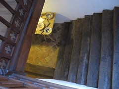 to the buttery (squeezemonkey) Tags: stairs table furniture interior tudor bowls buttery hamptoncourtpalace