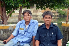 off-duty taxi drivers (the foreign photographer - ) Tags: two men portraits thailand nikon bangkok taxi duty off drivers khlong bangkhen thanon d3200 may212016nikon