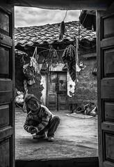 Mundo interior (Gorka Vega Creative) Tags: bw white black byn blanco peru rural america retrato interior negro social nia patio blanca latinoamerica andes latina infancia mundo comunidades cordillera sudamerica pobreza callejon atma ancash peruanos poblado yungay huaylas campesinas