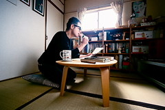 afternoon with dango and LRB (troutfactory) Tags: selfportrait film japan reading eating wideangle   osaka analogue dango superia400 kansai  15mmheliar voigtlanderbessal
