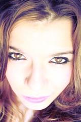 (yellowhobbit) Tags: claro light portrait woman luz girl face female mujer eyes shiny chica close bright retrato cara indoor lips ojos labios cerca sonrisa smirk dentro femenino primerplano femenina brillantes sonrisilla