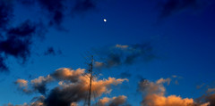Nubes, antena y luna que mas quereis (enrique1959 -) Tags: nubes nwn theperfectphotographer spiritofphotography absolutelyperrrfect virgiliocompany notaterrorist