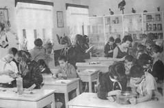 "Leon de sciences exprimentales au collge (""cole de huit ans""), Albanie, 1978. N shkolln tetvjeare, 1978. Msim shkencash natyrore. (Only Tradition) Tags: al albania albanien shqiperi shqiperia albanija albanie shqipri ppsh shqipria arnavutluk hcpa      rpssh       albnija"