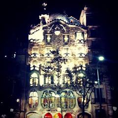 Casa Batll (Applekris) Tags: barcelona espaa night de lights la casa spain europe manzana gaudi catalunya passeig gracia batllo discordia batll