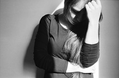 Lisa (Juliet Alpha November) Tags: light shadow portrait bw film analog 35mm licht jan portrt 400 sw analogue agfa schatten apx agfaphoto meifert
