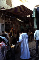 gypten 1999 (079) Im Souk, Assuan (Rdiger Stehn) Tags: winter analog 35mm leute urlaub egypt slide dia 1999 menschen scan stadt souk afrika gypten 1990s soukh suq assuan canoneos500n nordafrika strase aswn analogfilm kleinbild canoscan8800f kbfilm 1990er obergypten sdgypten shariaassouq eswan diapositivfilm diapositivfil aad