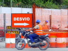 Desvo (Clic me!) Tags: trabajo moto letrero naranja obra trabajadores flecha precaucion desvio cercado