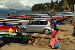 Esperando el paso, en el estrecho de Tiquina, Bolivia (Martintoy) Tags: nikon d2x bolivia nikkor tiquina