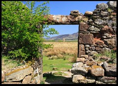 Standing Stone from the Ruined Farmhouse (zweiblumen) Tags: uk scotland alba isleofarran standingstone polariser machriemoor northayrshire eileanarainn canoneos50d zweiblumen ruinedfarmhouse