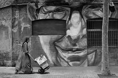 Transporte (vitometodio) Tags: streetphoto streetshots fotografadecalle fotodecalle fotodecarrer photoderue blancoynegro bn blackandwhite bw wb monocromtico airelibre calle carrer street nikond90 nikon35mm18 vitometodio