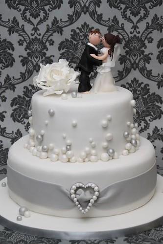 V Hochzeitstorte Weiss Silber Mit Herzbrosche A Photo On Flickriver