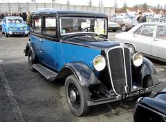 Renault Monaquatre bleue et noire 1933 et R8G (gueguette80 ... non voyant pour une dure indte) Tags: old blue mars cars renault bleu exposition autos bourse 2012 arras twotone anciennes bluecars franaises monaquatre deuxtons