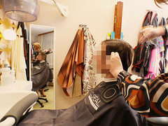 Bilder von Lisis letztem Haarschnitt (Martina & Lisi) Tags: haircut hair shiny retro apron cape hairsalon salon satin nylon nylons hairdressing friseur umhang kittel haarschnitt glnzend glanz cuttinghair satinbluse hairfetish nylonkittel halskrause friseuse friseurin barberette friseurumhang friseurfetisch nylonumhang