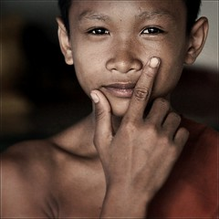GoldenEye (cisco ) Tags: portrait orange texture canon square eyes hand monk occhi cisco soul mano laos glance ritratto 007 goldeneye 500x500 champasak presenze soulsound bestportraitsaoi elitegalleryaoi