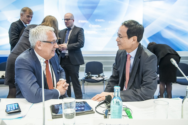 Hans Christian Schmidt discusses with Jeong-ho Choi