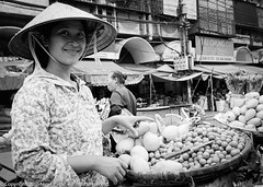 Happy Fruit Seller - we had bought her mangos (Pexpix) Tags: 400tx bw blackandwhite digitizedfilmnegative film hawker kodakd76 kodaktrix400 leica35mmsummicronmf2asph leicampsilver market monochrome hanoi hni vietnam