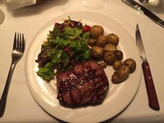 "San José: steak saignant pour Mister J <a style=""margin-left:10px; font-size:0.8em;"" href=""http://www.flickr.com/photos/127723101@N04/27052492201/"" target=""_blank"">@flickr</a>"
