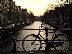 Mítica foto de Amsterdam (L.Mejuto) Tags: city holland bike bicycle sunrise contraluz atardecer canal bikes ciudad bicycles cycle bici holanda bicicletas channel channels cycles bicis paisesbajos cleta amsterda cruzadas cletas neatherland