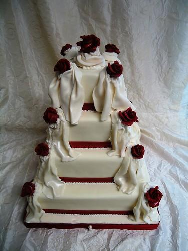 Weisse Hochzeitstorte Mit Roten Rosen A Photo On Flickriver