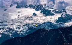 Paragleiter vor Alpengipfel (novofotoo) Tags: sterreich natur alpen landschaft steiermark abstrakt altaussee gleitschirmfliegen paragleiten osterreich dachsteingebirge loserpanoramastrasealtaussee