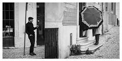 Bildpaar 1 Lisboa (insider-fototour) Tags: street portugal streetphotography mann lissabon frau regen zigarette rauchen stiefel regenschirm fotoworkshop fotoreise bildpaar