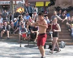 charmeur ce Romuald... (mariej55quebec) Tags: people woman man artist femme crowd foule homme gens artistes vieuxqubec spectacle jongleur acrobates artistesderue amuseurs