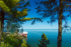 GAGNANT  VIE (BLEUnord) Tags: bateau boat ship charlevoix lamalbaiae fleuve river stlaurent stlawrence arbres trees lumire light bleu blue vert green provincedequbec qubec clear sky ciel clair nice day ensolleill sunny