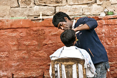 The Barber Shop (Tommaso Petruzzi) Tags: street people india man men wall work soap chair nikon strada italia seat barbershop edge barber varanasi blade barba razor 2010 benares lavoro rasoio coltello 2011 barbiere ambulante 1685 d300s