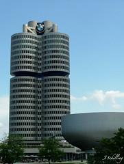 BMW Vierzylinder und Museum (juliaschilling) Tags: car germany munich mnchen bayern bavaria fuji bmw hochhaus bmwmuseum automobil finepixs5000 vierzylinder