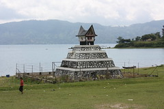 Lake Toba, tomb (Arian Zwegers) Tags: lake sumatra indonesia volcano tomb caldera batak toba laketoba 2011 volcaniclake northsumatra danautoba ethnicgroups stonetombs