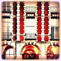 Place des Vosges (Giulia_) Tags: paris france art architecture place pierre arcade brique maison marais fentre faade vosges henriiv fv12