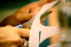 (la veu de Nanuk) Tags: manos mans manualidades manualitats recortar tijeras recortes tisores retallades retallar