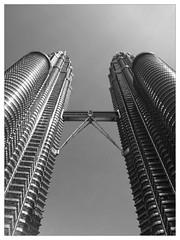 Petronas (christiane.grosskopf) Tags: bridge blackwhite petronas malaysia kualalumpur brücke turm türme steal stahl schwarzweis samsungs2 twintowerkl flickrandroidapp:filter=panda