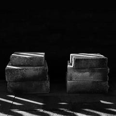Stone Alliance (Bernd Kretzer) Tags: abstract square blackwhite md shadows minolta stones 28mm steine 135 schwarzweiss schatten abstrakt quadratisch wrokkor