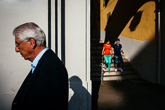 Nice, France (ZTarek) Tags: street city light shadow urban france streets dark nice nikon couple voigtlander 28mm streetphotography atmosphere oldman streetphoto lightshadow ville urbanstreetphotography peole streetshot streetphotographer streetcolour streetphotographers streettogs everybodystreet