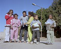 Children of Luxor (JohnDoodo) Tags: egitto egypt ägypten égypte luxor louqsor karnak upperegypt altoegitto rollei rolleiflex automat x k4 50 analog photography analogphotography fotografia analogica analogico pellicola film kodak new portra newportra160 160 asa iso canon canoscan 8800f vuescan zeiss tessar 120 roll rollfilm medium format mediumformat medioformato medio formato 6x6square bambini children