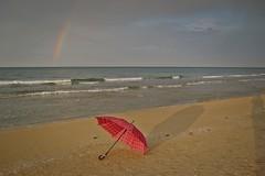 Playa con paraguas  (E) (Esperanza & Joseba) Tags: primavera arcoiris atardecer